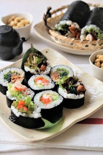 サーモンやアボカドを巻いた洋風と、キムチやナムルを巻いた韓国風の恵方巻レシピ。2種類の味が楽しめる他、食べやすいサイズで作れるのも嬉しいポイント。