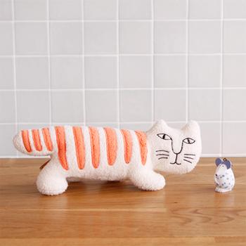 リサラーソンがデザインした猫のマイキーのふんわり立体縫いぐるみ。横幅は約22センチのちょうど良いサイズ。マイキーのちょっととぼけた表情が、赤ちゃんとママを癒してくれそう。