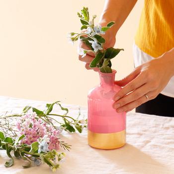 デンマークのrice社デザインの上品なフラワーベース。淡いピンクのガラスとゴールドのラインが華やかで、お花を飾らなくても素敵なインテリアのアクセントになります。