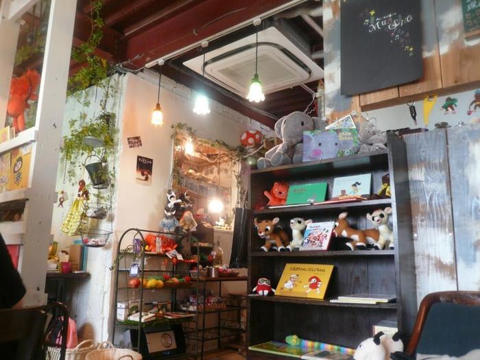 大阪市の地下鉄中津駅エリアにある絵本カフェ「ペンネンネネム green 大阪店」は、絵本カフェの名店中の名店。森の中で絵本に出てくる動物たちが出迎えてくれるような、夢や楽しさがつまったカフェです。