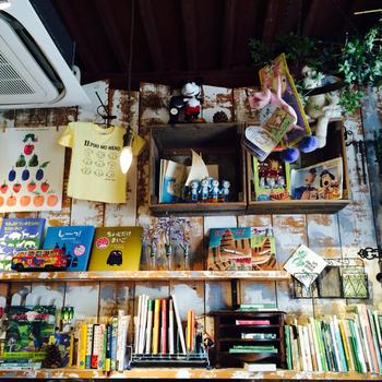 店内いっぱいにひろがる絵本の世界。インテリアや小物、カトラリーにいたるまでメルヘンチックな空間が広がり、幼い頃のワクワクがよみがえってきます。
