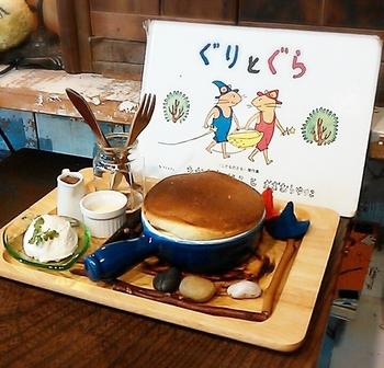 名作「ぐりとぐら」の、夢にまでみたあのホットケーキとやっと出会えた~♪その名も「ぐりとぐらのホットケーキ」。  可愛い鍋にぎっしりつまったふわっふわのホットケーキは想像どおりのおいしさ。はちみつやホイップクリームをつけてじっくりいただきましょう。