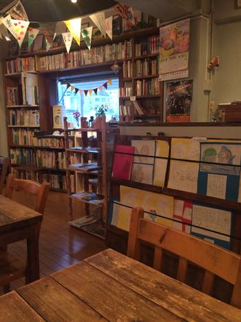 店内には大きな本棚に、図書館顔負けの絵本のラインナップが!オーナーが心を込めてセレクトした国内外の絵本約1100冊が並びます。