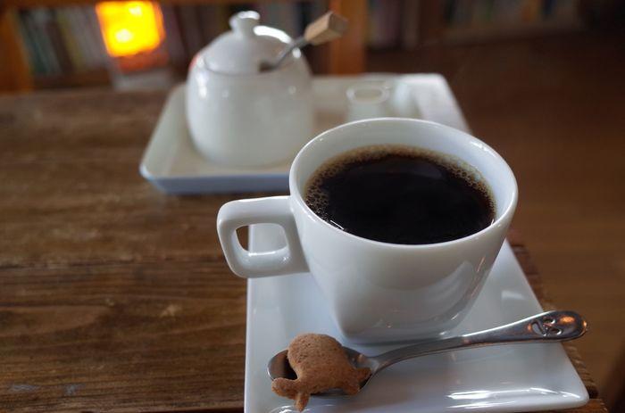 大阪難波エリアのなんばCITY南館のすぐ近くに、かわいいカメさんがトレードマークの「holo holo」があります。「holo holo(ほろほろ)」とは、ハワイの言葉で「お散歩」のような意味があるそう。   一杯ずつていねいに挽いたコーヒーは、おともにカメさんクッキーが。国産・無調整のこだわり豆乳でつくられた豆乳ドリンクも種類豊富でどれも魅力的です。