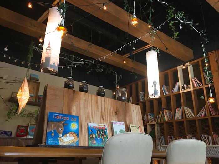 ライティングがオシャレな神戸の「絵本カフェ&BAR ストーリーストリート 」。お茶だけでなく、お酒も楽しみたいという大人女子にぴったりなお店です。