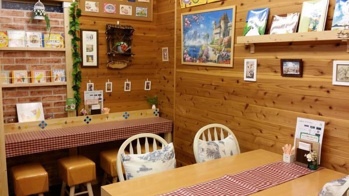 毎週日曜日だけオープンする、神戸三田にある小さな絵本カフェ「ANNE」。ナチュラルでメルヘンチックな店内は木の温もりでいっぱい。