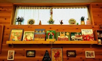 お店には、季節にあった絵本が綺麗にディスプレイされています。