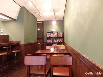 オシャレで雰囲気のいいシンプルな店内。奥には様々な絵本が並んでいます。