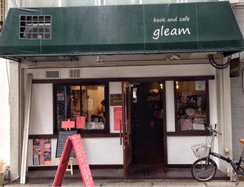 神戸駅から徒歩約5分。まるで海外の本屋さんような雰囲気の「gleam」は親子で楽しめる絵本カフェです。