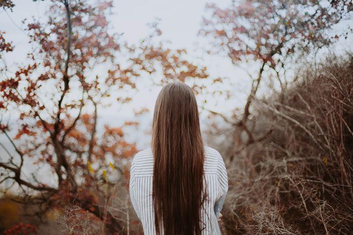 そうすると、「沈黙」が生まれてしまうのではなくあえて生み出すなど、会話の仕方も変わるのではないでしょうか。また、言葉数を増やすよりにこりと微笑む回数を増やしたほうが、あなたを思慮深く綺麗に見せてくれることでしょう。これからは、「沈黙」を意識してコミュニケーションしてみませんか?