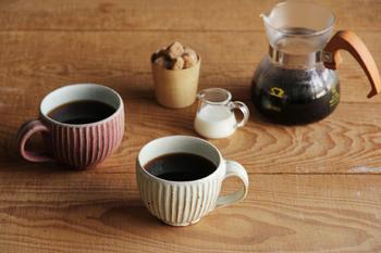 こちらも、しのぎ模様が美しいマグカップ。鹿児島県の「宋艸窯(そうそうがま)」で制作されているものです。表面の凸凹によって浮かびあがる釉薬の濃淡も、この「しのぎ」の技法ならでは。