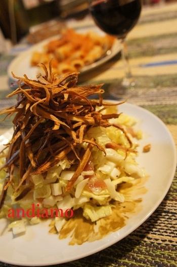 お鍋の季節になると、冷蔵庫に欠かせない白菜。残ってしまいそうな白菜をサラダでいただくレシピです。 イタリアンに仕上げた生の白菜にパリパリに揚げたごぼうの食感が楽しくて、箸が止まりません!