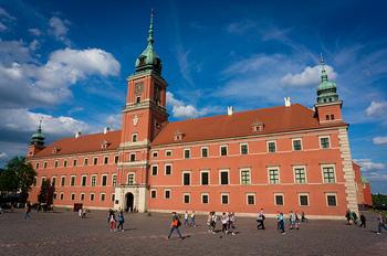 王宮広場の東側に位置するワルシャワ王宮。戦後の共産政権下、ポーランド民族の象徴ともなっていた王宮は再建を許されず、修復が決まったのは1971年になってからのことでした。