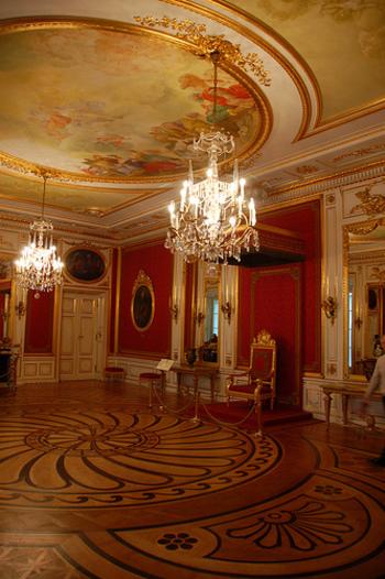 しかしその後、多くの人々の尽力により、王宮は外装から内装まで全て昔のままに再現され、豪華絢爛な室内装飾や国宝級の美術品を堪能できます。