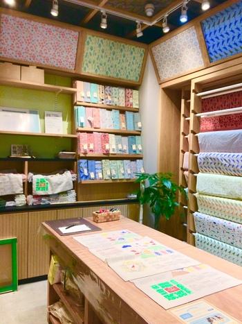 テキスタイルブランドのお店とあって、蔵前店でも本国の店舗と同様、生地を数多く取り揃えています。生地は、綿100%の丈夫な帆布を使用。お子様から大人の女性にもぴったりな普遍的デザインがいっぱいで、目を楽しませてくれます。