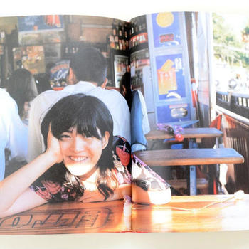モデルで写真家の東野翆れんさんが旅をするというテーマのこちらの写真集は、「かわいい」ものがぎっしり詰まった魅力いっぱいの一冊!