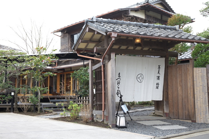 鎌倉駅から江ノ電に乗り2つ目の由比ヶ浜駅から徒歩3分、凛とした暖簾としっとり佇む憂いのある古民家が印象的な「松原庵」。鎌倉のお蕎麦屋さんの中でもとっても人気がある名店です。