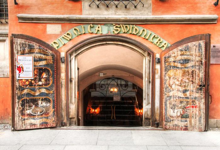 市庁舎の半地下にあるヨーロッパで一番長い歴史を誇るビアセラービアセラー。創業1273年のお店には、地元の名士や貴族たち、ゲーテやショパンといった有名人が訪れていたそう。