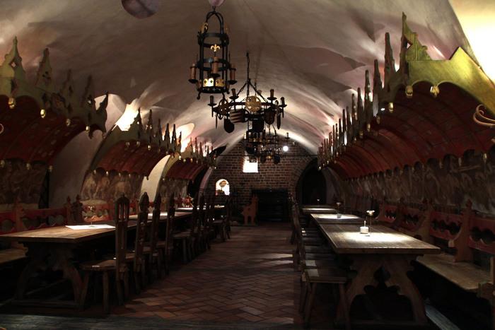 店内は、まさに中世の雰囲気そのまま。時の流れが刻み込まれた重厚な空間のなかで味わうビールは特別なはず。