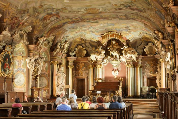 創立300年を迎えた本館は、神聖ローマ皇帝レオポルド一世が建てたもの。1階のヴロツワフ大学博物館にあるレオポルディア講堂は豪華絢爛なバロック様式の講堂で、音楽ホール「オラトリウム・マリアヌム」に響き渡る調べは200年前から変わることなく、人々の心を魅了し続けています。