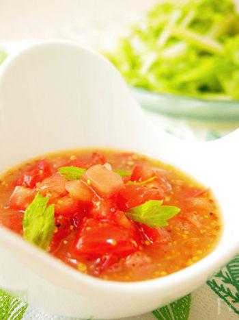 トマトの甘みと酸味がきいたドレッシングは、脂っこいお肉や揚げ物のソースにもおすすめ。 トマトの大きさによっても味わいが変わりそうなので、かける料理によってカット方法を変えても良さそう♪
