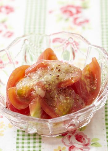 粒マスタードのアクセントがトマトの美味しさを引き立てるオニオンドレッシング。すりおろした玉ねぎと少量ずつ加えるサラダ油をしっかり乳化させるのが滑らかに仕上げるポイントです。