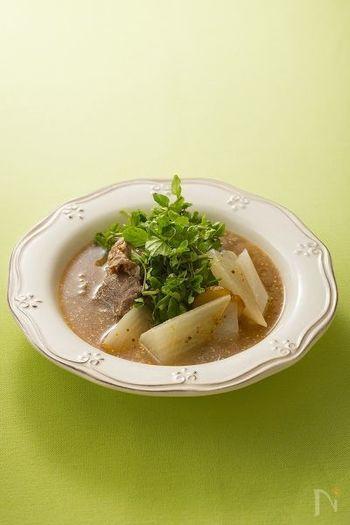 具材にじっくり味を染み込ませたスープは、寒い日に温まるポトフ風。たっぷり加えたマスタードが、奥深い味わいのアクセントに◎
