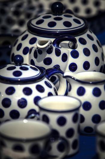 紺と白のあたたかな風合いが魅力。可愛いだけでなく、電子レンジや食洗器にも使える丈夫さも人気の秘密です。