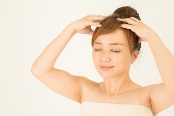 半身浴をしている間に、優しくヘッドマッサージをするのもGOOD。頭皮が柔らかくなると、強張っていた顔の筋肉も、すっと気持ちよくほどけていきます。
