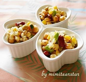 美味しさの秘密は新玉ねぎと調味料。隠し味に加えたカレーパウダーと粒マスタードの相性はバツグン。豆とコーンの食感が楽しい一品です。