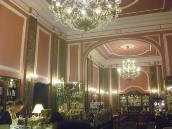 ポーランドに行ったら、必ず立ち寄りたい老舗高級チョコレート店。ポーランド人なら誰でも知っている、有名なショコラティエのカフェです。