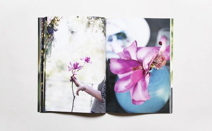 限定1000冊の写真集にはそれぞれ異なる押し花とナンバリング入り。受け取った方の笑顔が浮かびます。