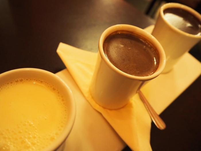 おすすめは何と言ってもホットチョコレート! こちらはホワイト、ミルク、ビターの3種類が楽しめるトリオ。