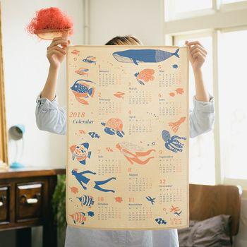 シルクスクリーンを使ったプリント体験のワークショップも随時開催しているので、ぜひ興味のある方はぜひトライしてみて♪カレンダーやトートバッグ、巾着など、10分程度で世界に一つだけのオリジナルグッズが作れちゃいますよ。