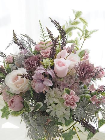 「自然な雰囲気を大切にしたいけど、可愛いお花もたくさん使いたい」という方は、こんなスモーキーピンクをメインカラーにしてみてはいかがでしょう?エレガントで大人可愛いブーケです。