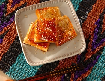 はんぺんの原料は魚のすり身。はちみつを加えたあまから調味料を塗れば、魚特有のにおいを軽減して香ばしい照り焼きに。何より、数分で作れる♪
