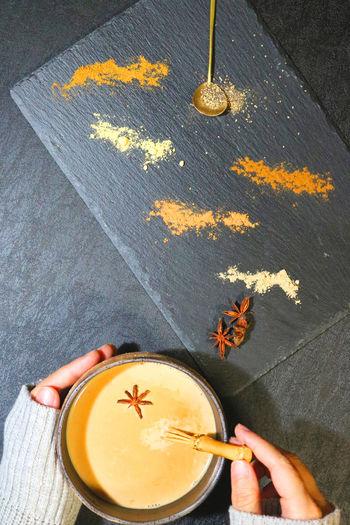 アッサムなどの茶葉とスパイスを使ったチャイ。スパイスの香りも楽しめるホットドリンクです。スパイスはパウダータイプの市販品を使うと簡単に作ることができますよ。