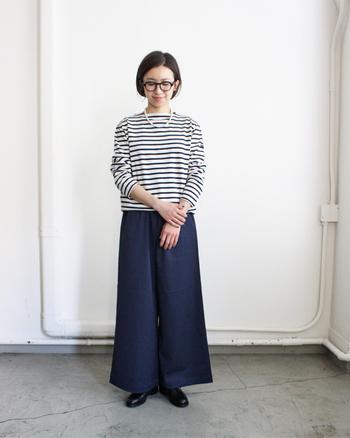 ハリ感のある紺のワイドパンツは、ボーダーTシャツと合わせ、パールのネックレスと黒の革靴でドレスアップ!