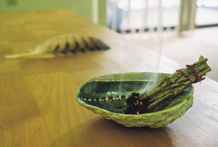 ネイティブアメリカンの人びとは、アバロン貝(アワビの一種、ワシントン条約で規制されている)の上にバンドルを載せてホワイトセージを燻し、羽根を使って浄化したい場所やものに煙を送ります。※アワビでもOK。
