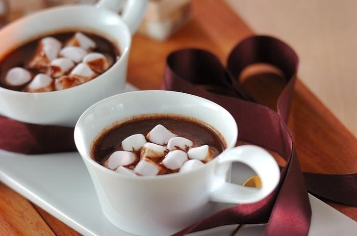 たっぷりのマシュマロとチョコレートの贅沢ホットドリンク。彼や旦那さまへのお家バレンタインの贈り物にもピッタリなレシピですね。