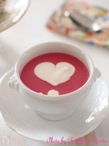 ボルシチのようにビーツの赤色を使ったスープもおすすめです。スイーツのようなピンクのスープになります。