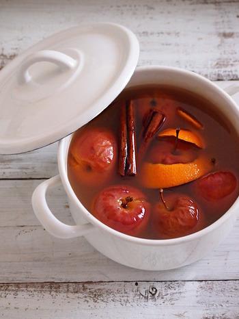 りんごジュースとまるごとりんご、シナモンなどのスパイスをコトコト煮込んで作るホットドリンクレシピです。見た目も可愛らしくお鍋ごとテーブルにポンと置いてもGOOD。このままでも、ワインで割って飲んでも美味しいですよ。