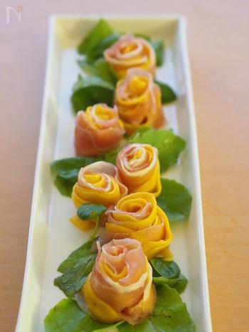 ピーラーでリボン状にスライスしたコリンキーと生ハムを巻くと、バラのよう。テーブルの上に花畑ができたみたいですね。パーティ料理の定番として覚えておきたいです。