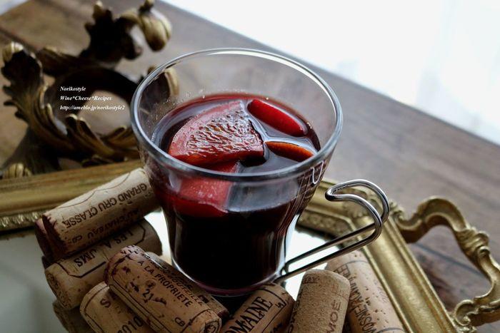 ホットワインは紅茶をプラスして、フルーティなホットドリンクとしてアレンジすることもできます。ココロも体も赤ワインのあたたかみに満たされ、贅沢な気分になれます。