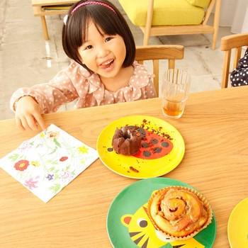 割れないメラミン製のお皿は、子どもの普段使いやホームパーティーにあると嬉しいもの。北欧のイラストレーター、インゲラ・アリアニウス氏が描いたカラフルなお皿は、色柄豊富だから全種類集めてしまいたくなるほど。