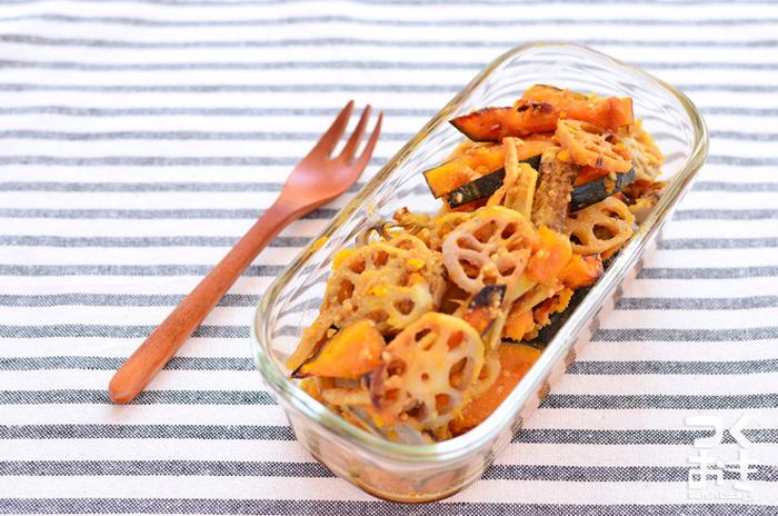 レンコンやカボチャ、ゴボウを甘酢で炒め、すりごまを入れた風味豊かなホットサラダは、冷蔵保存で一週間持つのでたっぷり作っておけば、お弁当や付け合わせなど、色々と活躍してくれそう。