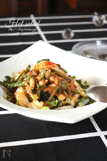 白菜とニンニクの芽で作る中華風のホットサラダ。すりおろした玉ねぎとニンニク・生姜で作るドレッシングは、自家製の焼肉のタレにも使えるので、たっぷり作っておくと、忙しい日に活躍してくれそう。