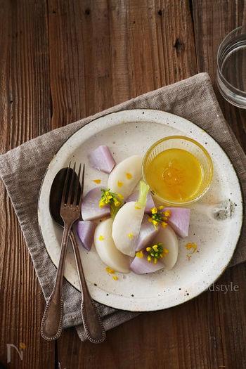 蒸したカブと大根に、柚子ジャムと白ワインビネガー、オリーブオイルのドレッシングを添えるだけで、見た目も素敵なホットサラダの出来上がり。柚子ジャムは市販のもので作っても◎。時短で見た目も良い、おもてなしにもおつまみにも使えるレシピです。