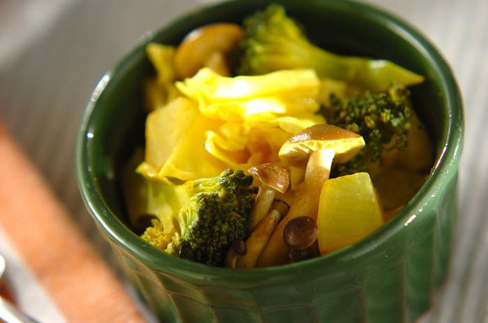 ブロッコリー、キャベツ、しめじで作るホットサラダは、ほのかなカレー味がポイント。身体もあったまるうえに、味も◎なので、野菜嫌いの子どもでも喜んで食べてくれるかも。