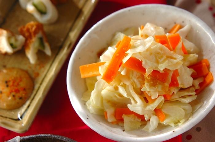 生だとなかなかいっぱい食べられないキャベツは、ホットサラダなら、たっぷりいただけるうえにお腹も満足しそう。にんじんを入れれば彩りも味もさらにアップして、食卓が華やかに。